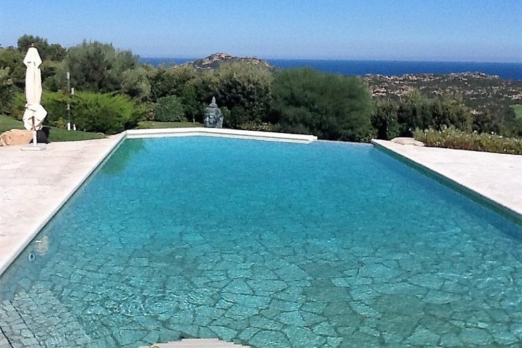 piscina-sfioro-cascata-pavimentazione-pietra