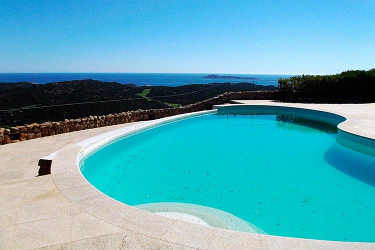 piscina-sfioro-laterale-cascata-bordi-pietra
