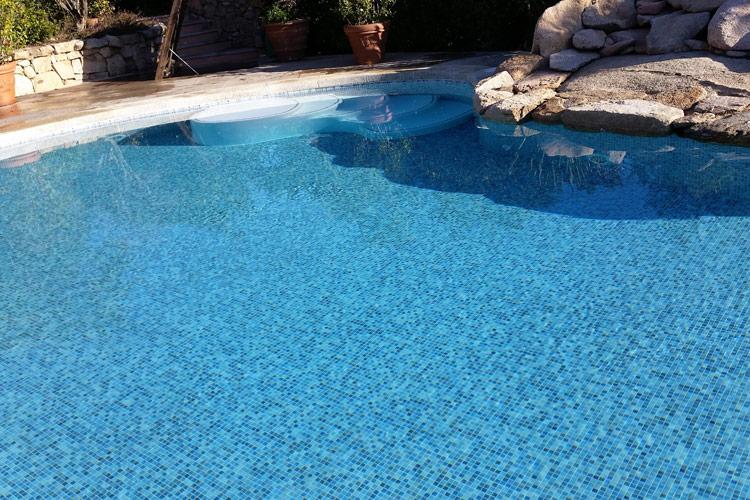 piscina-mosaico-azzurro-scalinata-decorazioni