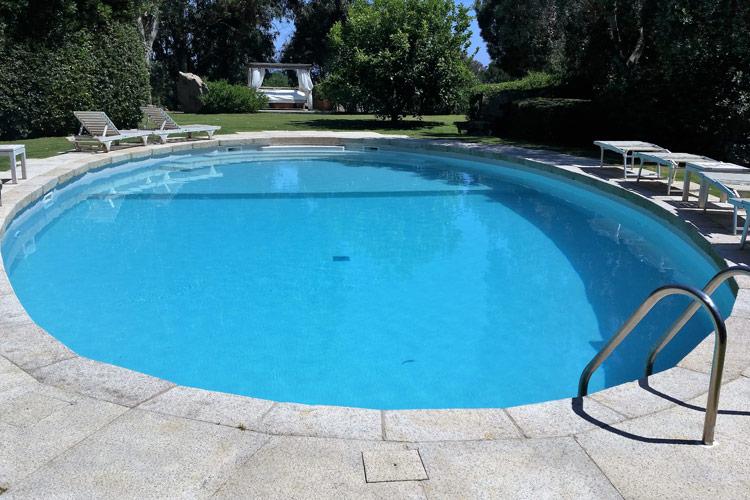 piscina-skimmer-rivestimento-mosaico-bordi-granito
